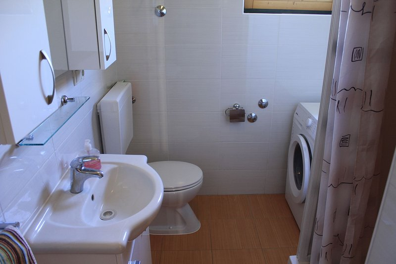 H(5): bathroom with toilet