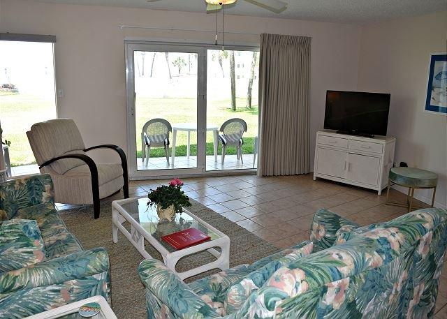 Step Off Patio and Stroll to the Beach, One Bedroom Ground Floor, aluguéis de temporada em Mary Esther