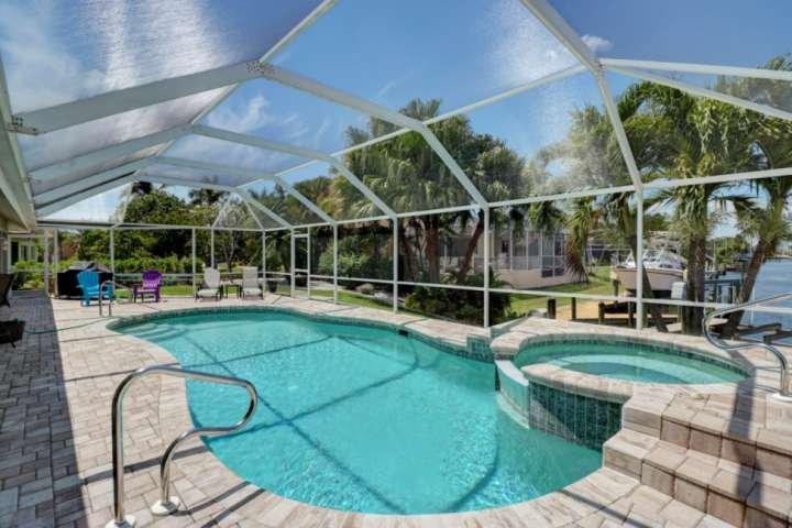 La piscina climatizada y jacuzzi está rodeado por una gran terraza, totalmente proyectado, con una hermosa vista por el canal.