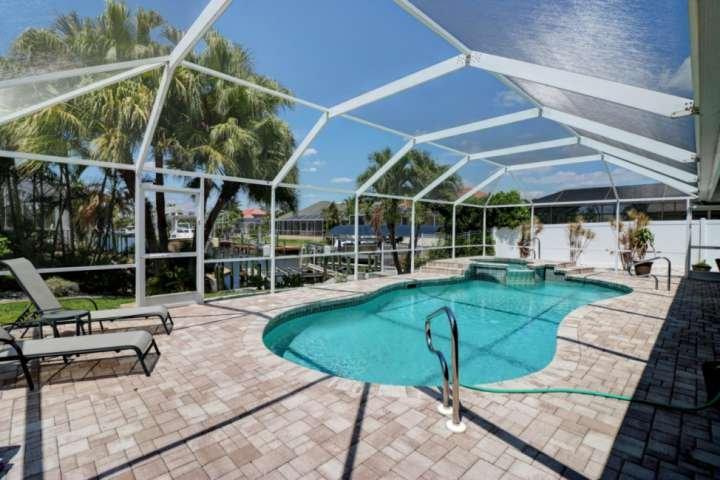 Sua própria banheira de hidromassagem e piscina privada, significa que as únicas pessoas que você tem de compartilhar com são aqueles que você convida!