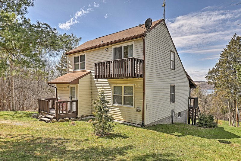 Explorar la región de Finger Lakes de este 3 dormitorios, 2 baños casa frente al lago.