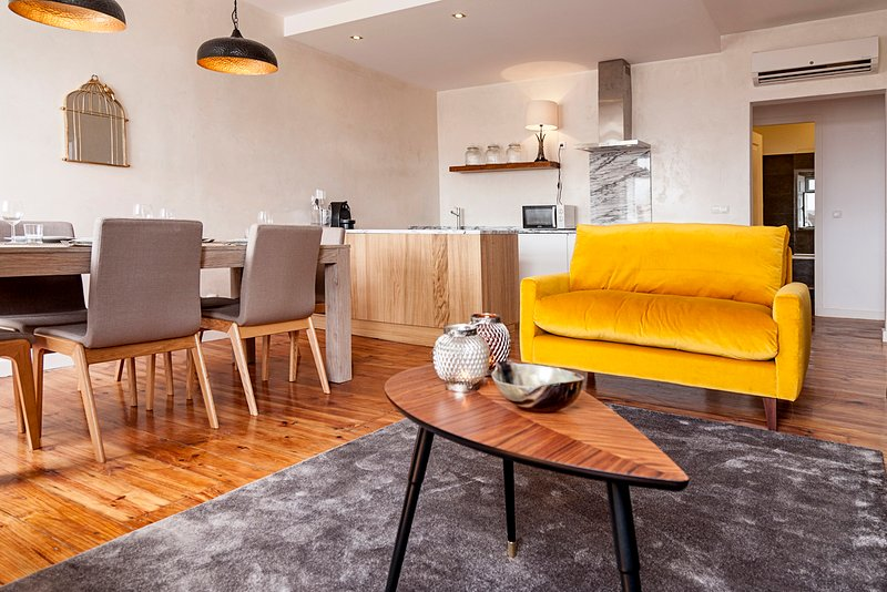 Luxurious, Contemporary Home Office with Amazing Views, FREE parking (LxCom6), holiday rental in Lisbon