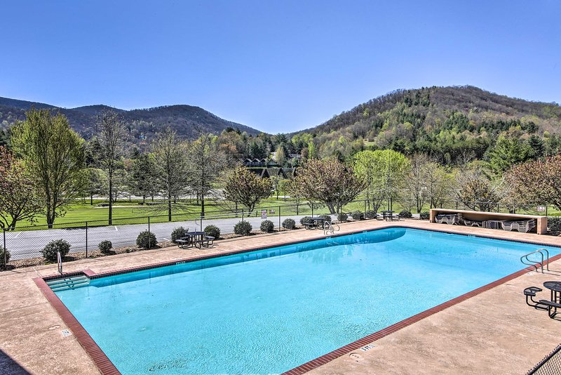 Community Amenities | Pool | Mountain View | Sun Chairs | Outdoor Dining Area