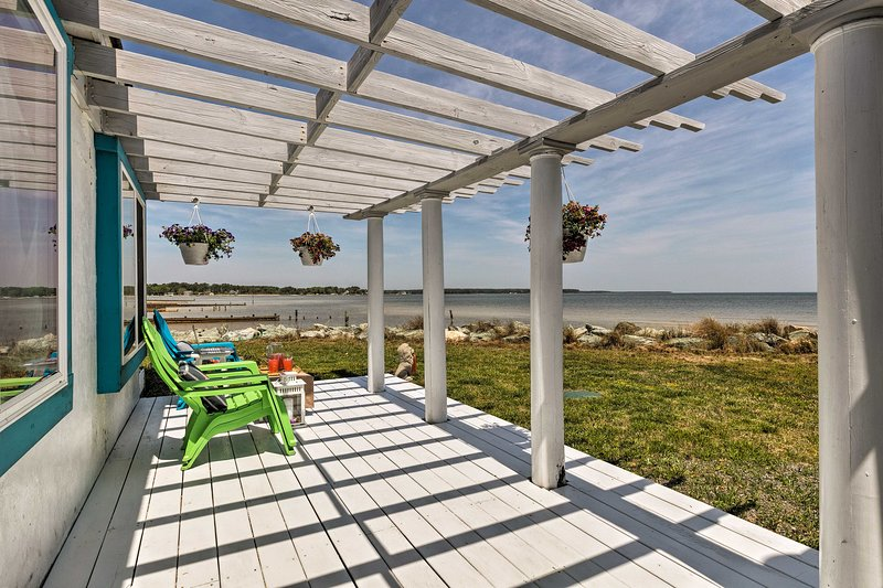 This bayfront home offers 2 bedrooms and 1 bathroom.