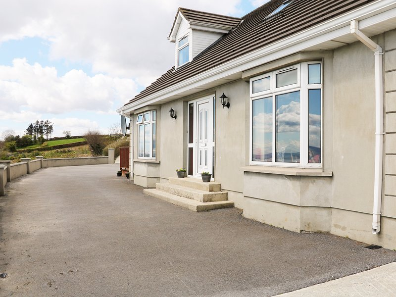 TULLYALLY, stunning lough views, en-suite, open-plan living, Ref 977034, holiday rental in Carndonagh