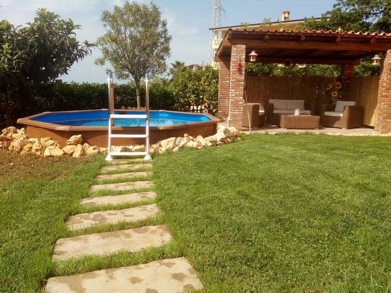 VILLA INDIPENDENTE CON PISCINA PRIVATA A 5 MINUTI DAL MARE, holiday rental in Sant'Angelo