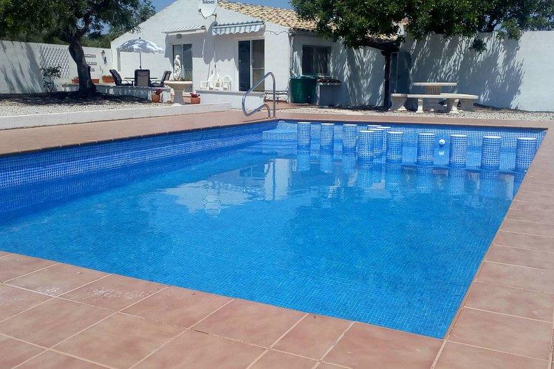 Luxe moderne familievilla zonder landgoed met privézwembad, beveiligd parkeerterrein, ommuurd terrein.