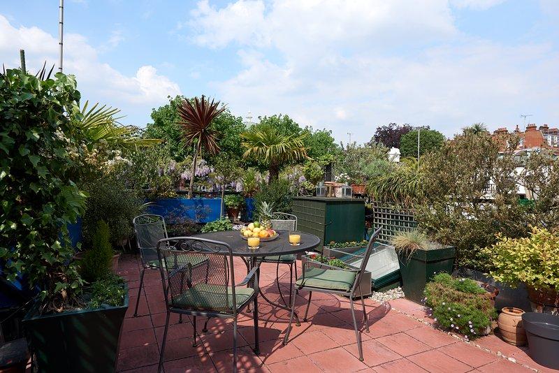 Hermoso jardín en la azotea para el desayuno y al atardecer
