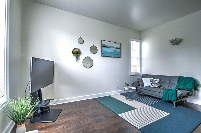 salón de diseño moderno con TV inteligente