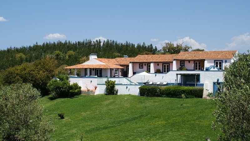 Country Home close to beaches with tennis court and pool, location de vacances à Sao Domingos