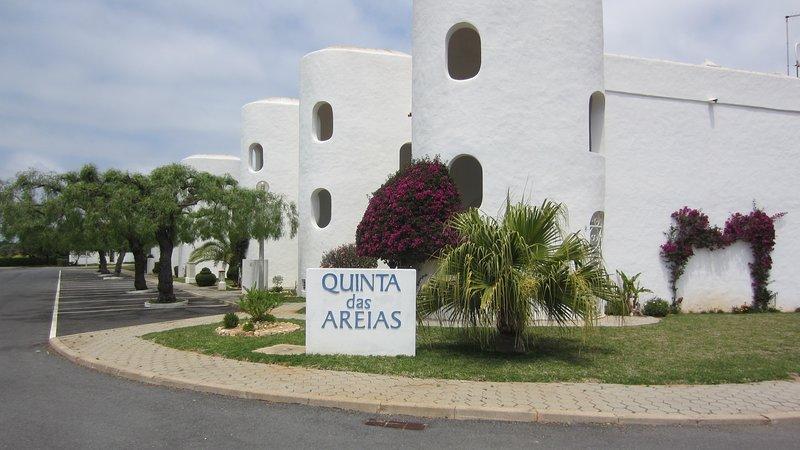 Qta das Areias. Moorish architecture. 2-storey blocks. Landscaped. Parking
