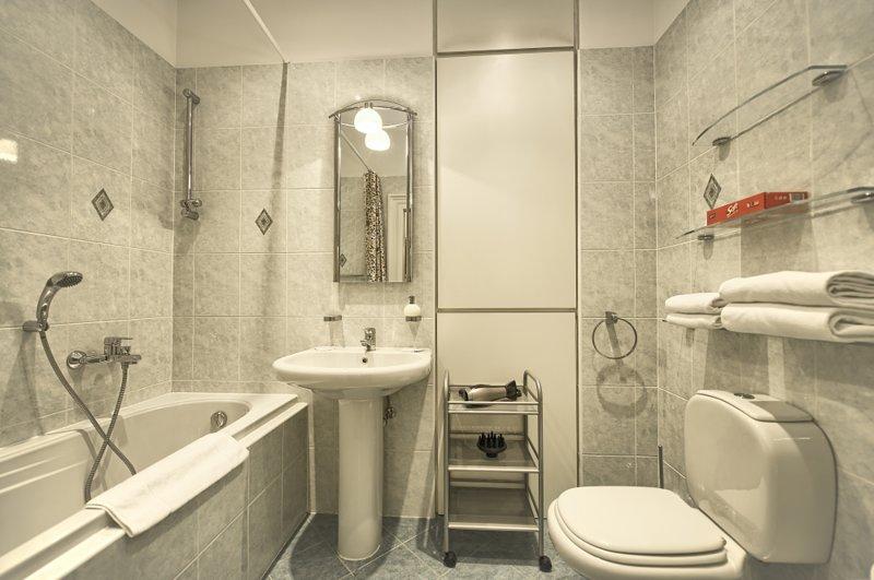 Première salle de bain avec baignoire