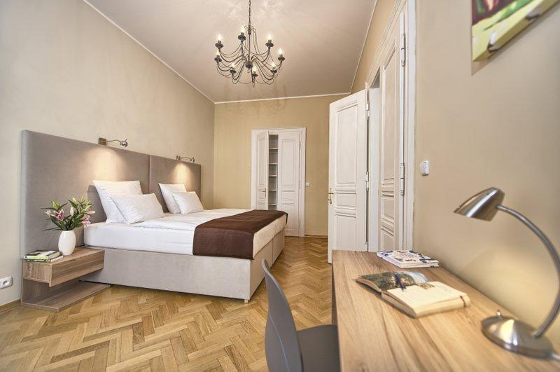 La chambre principale avec lit double king-size et d'un bureau de travail