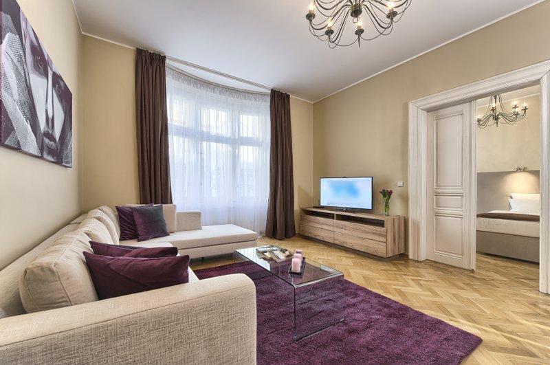 Séjour avec un canapé spacieux et confortable et écran plat Smart TV