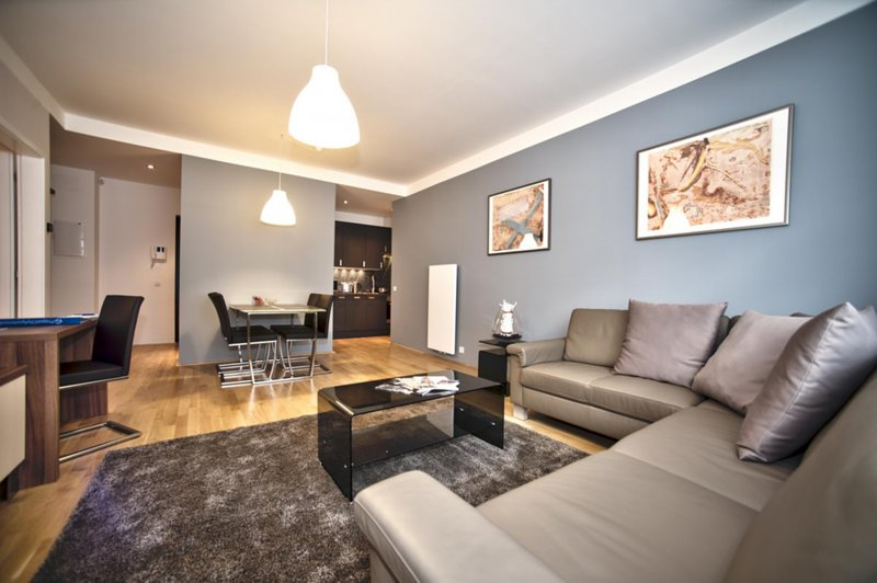 Overview - spacious and modern living area with dining seating