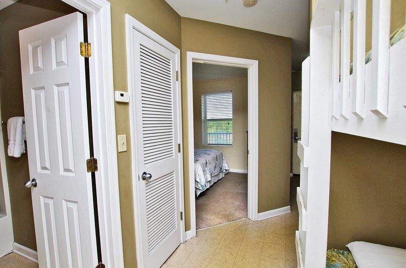 De toegang tot de slaapkamer en de badkamer