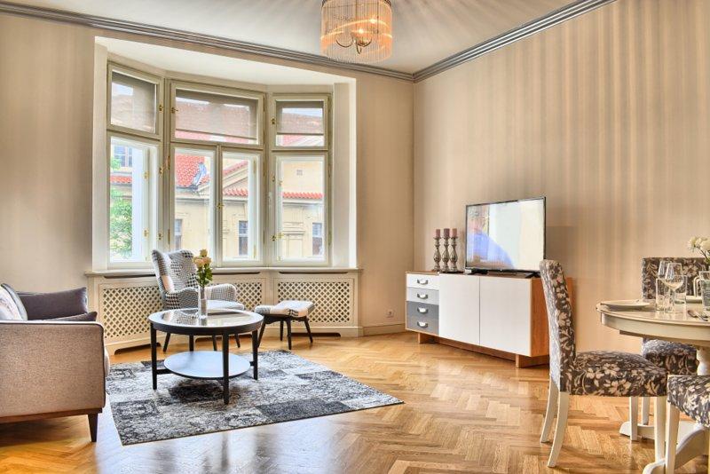 salon spacieux avec Smart TV moderne et une salle à manger