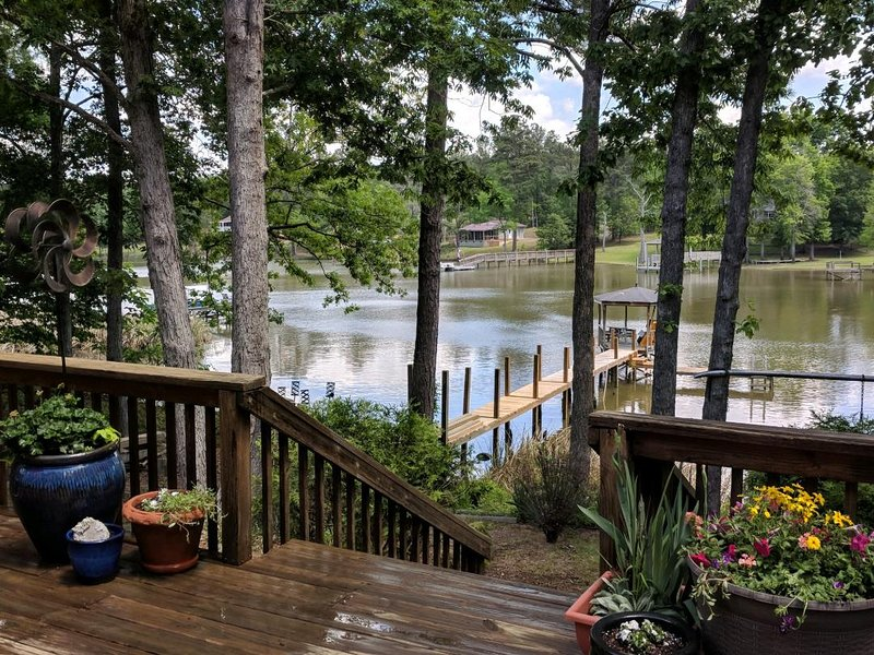 NEW LISTING - Lakefront Views From Every Room Of The House!, location de vacances à Elgin