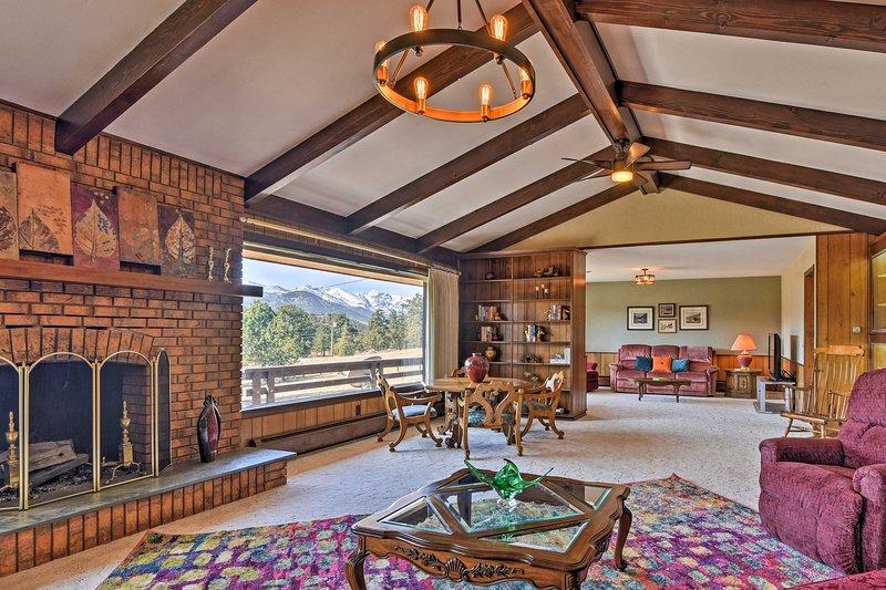 Si ha una vista sulle montagne da ogni stanza in questa casa per le vacanze Estes Park.