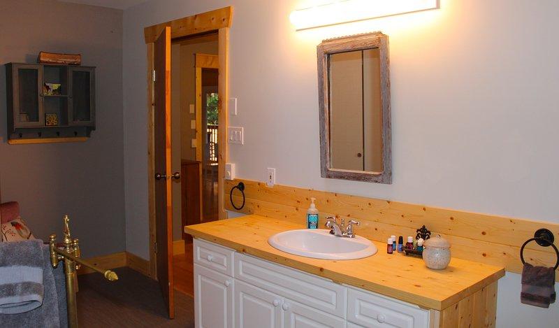 Sauber, private und geräumige Badezimmer mit Oberlicht viel natürliches Licht.