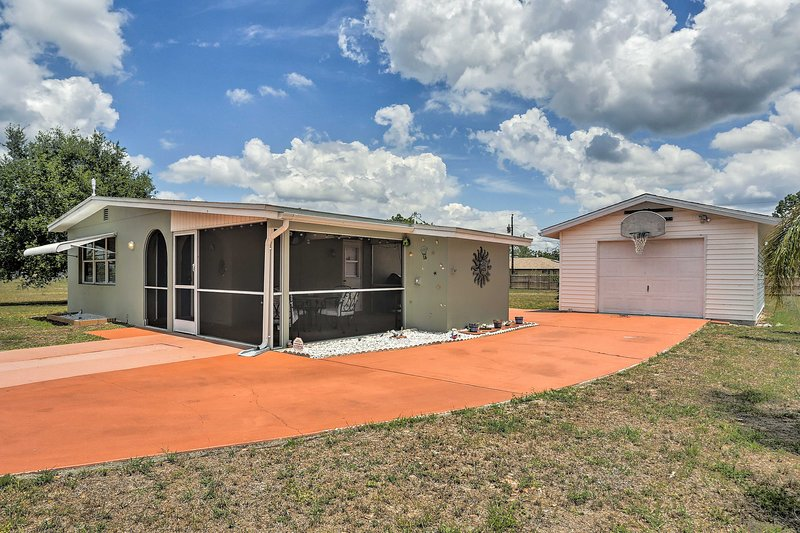 Updated Lehigh Acres Escape w/ Screened-In Porch!, alquiler vacacional en Lehigh Acres