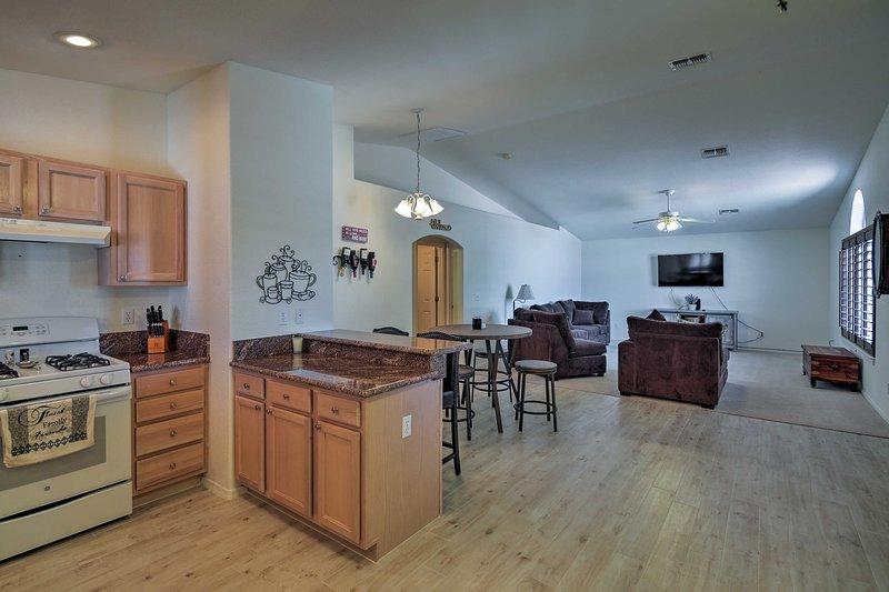 Det fullt utrustade kök ligger bara några steg från vardagsrummet.