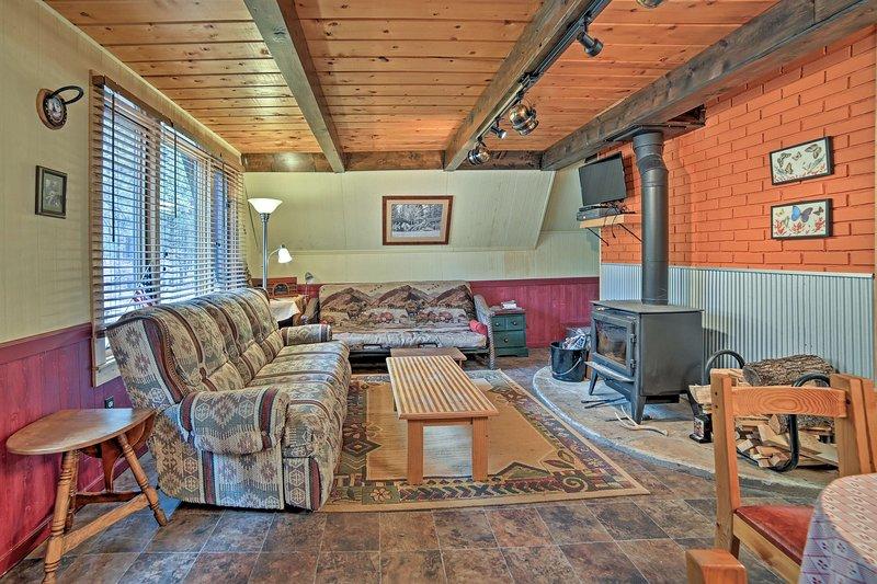 Appoggiate le gambe per escursioni sul divano peluche del salone.