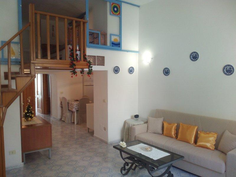 Ischia Ponte romantico appartamento nel centro storico e vicino al mare, holiday rental in Procida