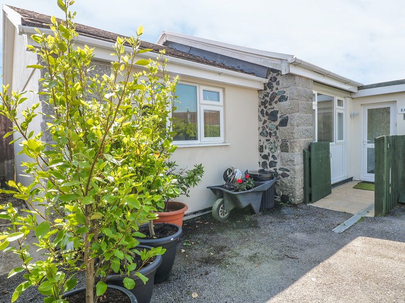 22 TREMBEL ROAD, peaceful location, enclosed courtyard, ideal for families, in, holiday rental in Mullion