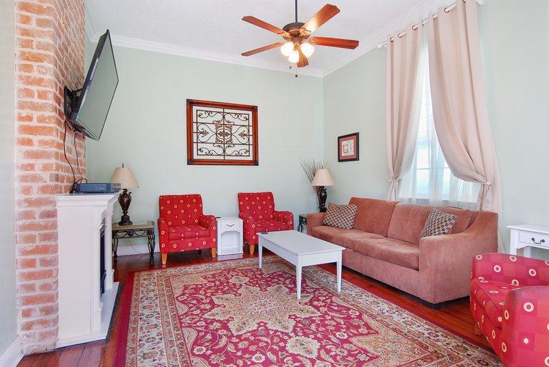"""Salon dispose de 55"""" câble HDTV, canapé-lit, foyer électrique, etc."""