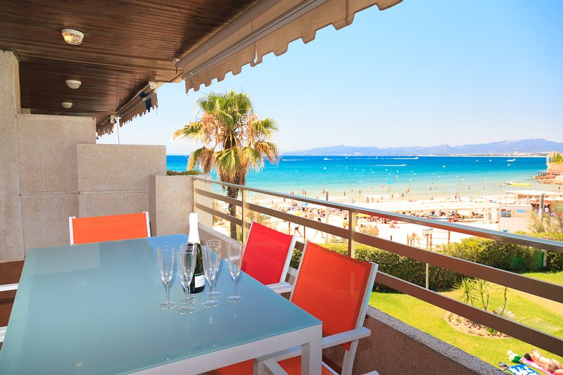 PLAYAMERO 046: Apartment in a prime and peaceful location in front of the sea !!, holiday rental in Tarragona