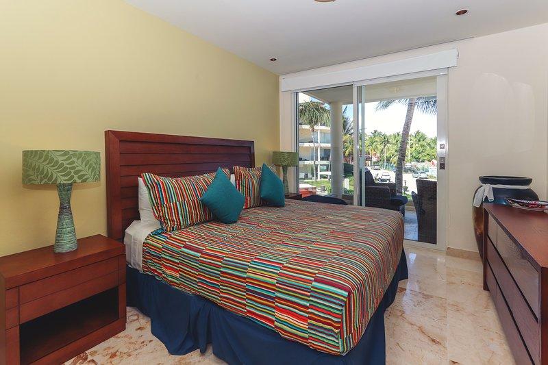 Master Suite avec lit King, vue sur l'océan, TV et salle de bains