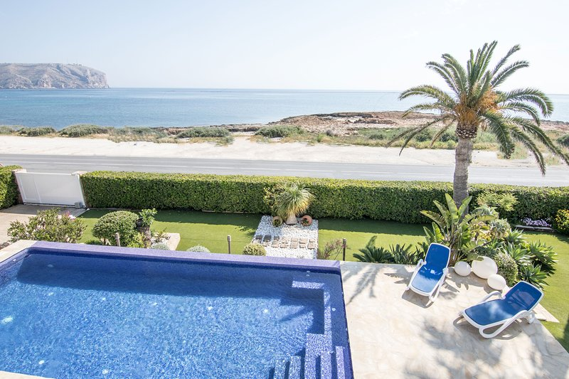 Vista Alegre - Seafront villa with garden and pool, Ferienwohnung in Javea