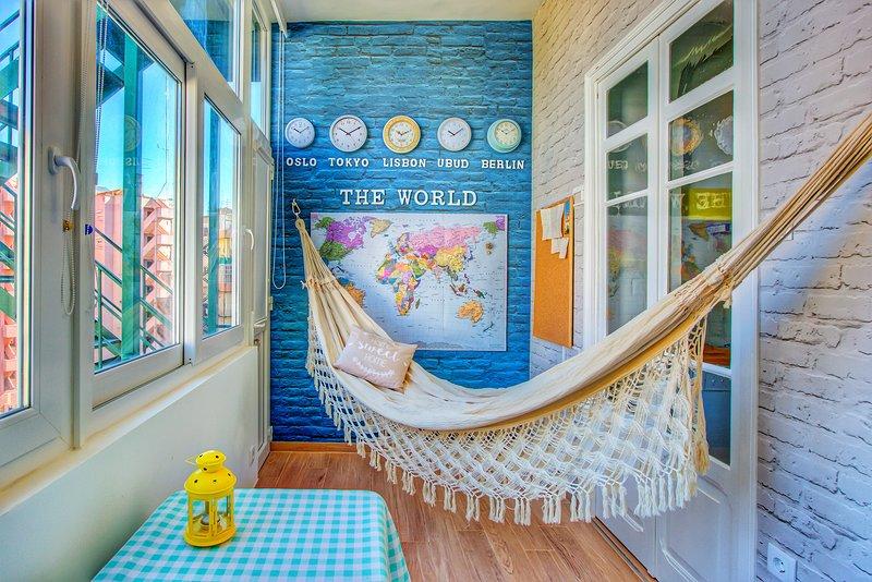 Den gemensamma salongen: Koppla av på hängmatta med utsikt och ta inspiration från världskartan.