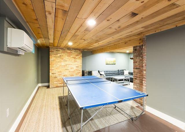Mesa de ping pong en la sala de juegos.