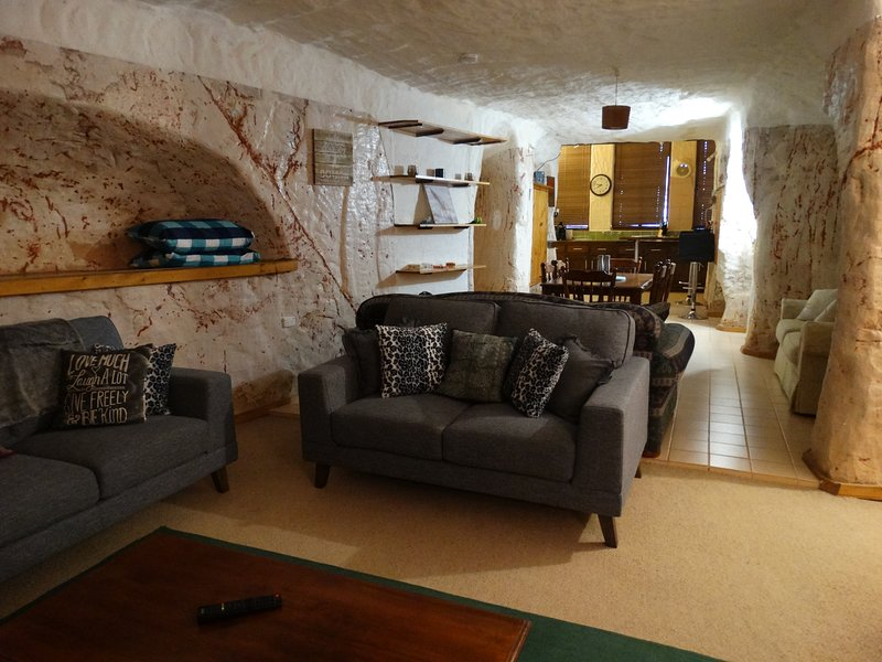 Dinky Di's Dugout - Spacious and airy underground home, 2 b/rooms, 2 bathrooms, casa vacanza a Coober Pedy