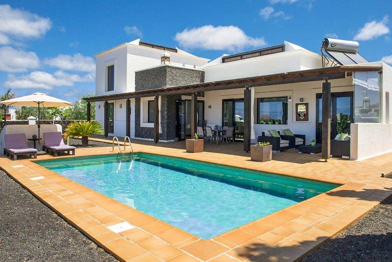 Villa Longa: Large Heated Private Pool, A/C, WiFi, Eco-Friendly, location de vacances à Yaiza