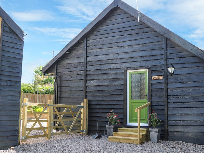 WOODPECKER LODGE, open-plan, en-suite, dog-friendly, Ref 968754, casa vacanza a Langport