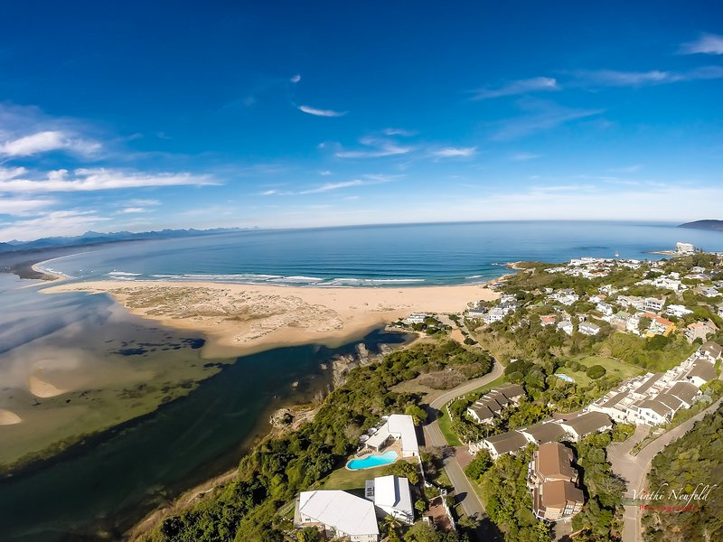 Serenity,located just above Lookout Beach on the Keurbooms Lagoon, location de vacances à The Crags