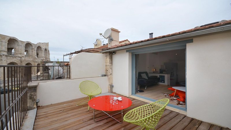 'L'Escalier Rouge ' Charming House 3*** CENTRE HISTORIQUE TERRASSE VUE ARENES, vacation rental in Arles
