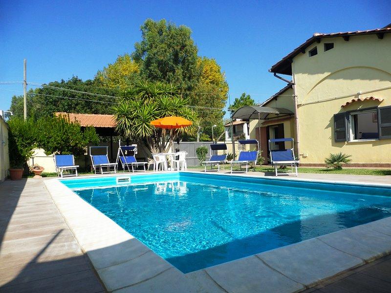 Villa Giovanna, con piscina poco distante dal mare, vakantiewoning in Varcaturo