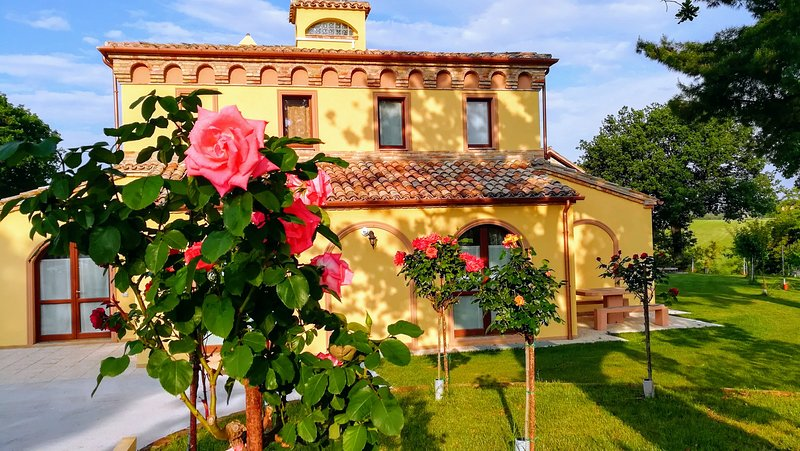 B&B COUNTRY HOUSE BORGO PRATOLE CAMERA TRIPLA, holiday rental in Cingoli