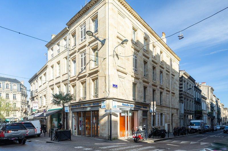 L'appartement est situé au 1er étage d'un immeuble 18ème siècle .