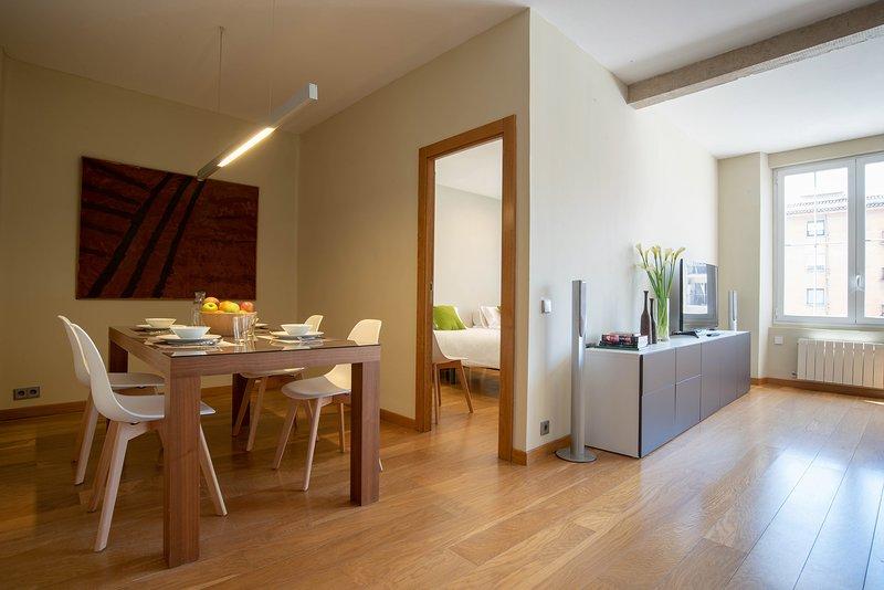 Amplio salón comedor cocina de 46 m2. muy espacioso con techos altos.