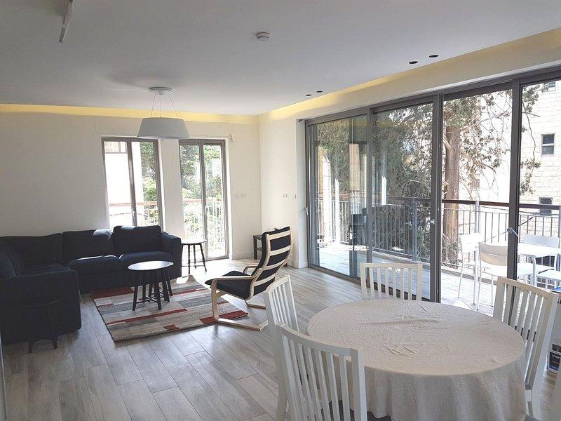 Light-Filled 3 Bdrm Kosher Apt in Rechavia, holiday rental in Ein Kerem