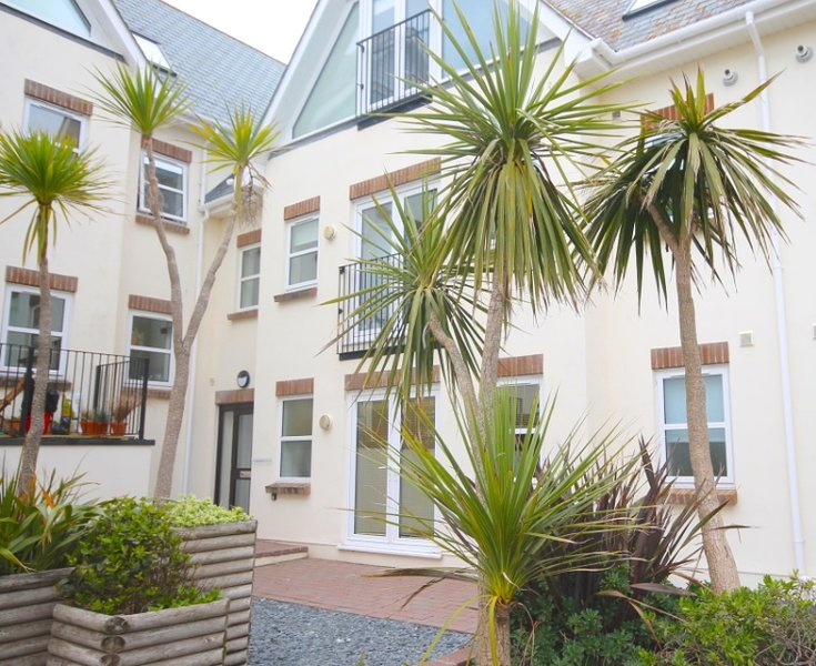 Fistra Beach 5 Minute Walk, 2 bed ground floor apartment sleeps4/5, vacation rental in Newquay