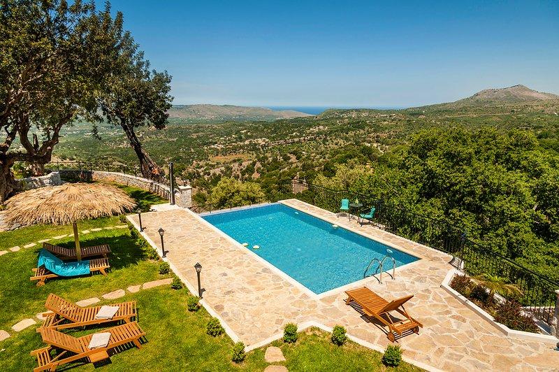 Private Pool★Sea view★ Stone lux Villa★ BBQ★6 bedrooms★18 sleeps★5 bathroom, holiday rental in Sfakia