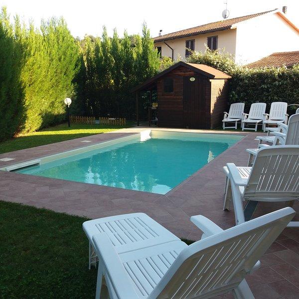 Parte del giardino con piscina