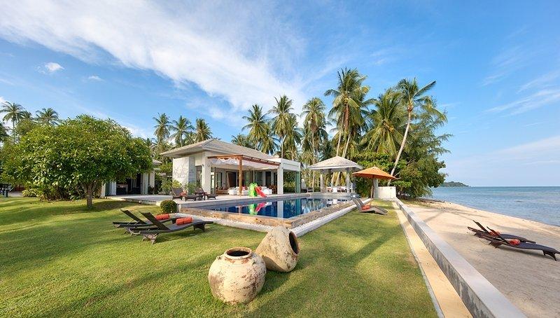 Bang Kao beach villa, 6 bed, sleeps 12, vacation rental in Laem Set