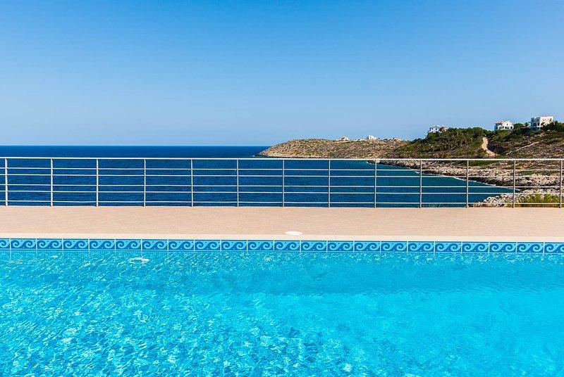 Vista sul mare: Vista dalla piscina, a soli 30 metri dal Med. È possibile ascoltare il mare da ogni camera!